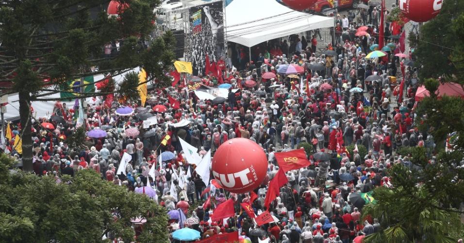 10.mai.2017 - Manifestantes pró-Lula concentrados na praça Santos Andrade, em Curitiba, aguardando o fim do depoimento do ex-presidente Lula ao juiz Sergio Moro
