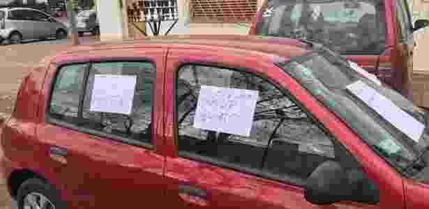 Homem cola papéis em carro de mulher, que estacionou de forma irregular - Reprodução/Facebook - Reprodução/Facebook