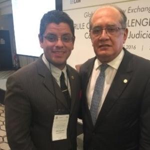 Klomfahs tirou foto com o ministro do STF Gilmar Mendes após um seminário