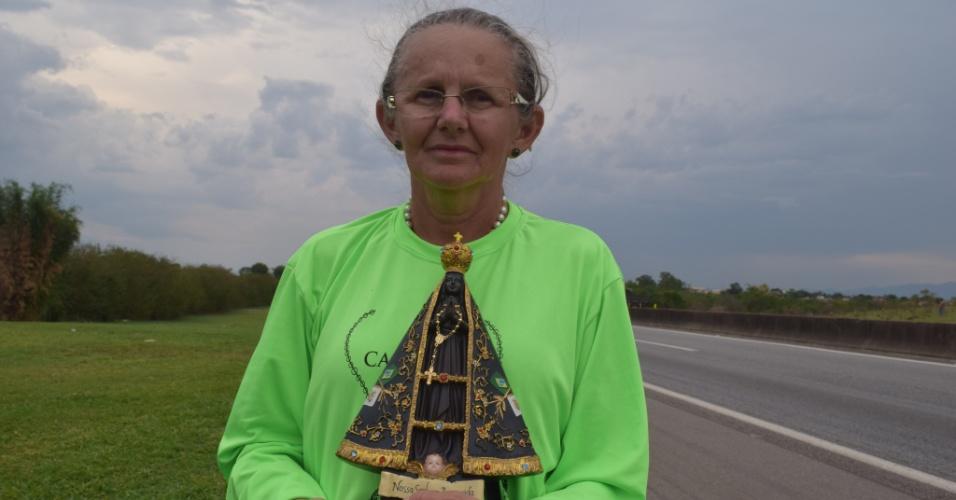 11.out.2017 - Francisca de Fátima Ribeiro da Silva, 63, participa de romaria até Aparecida do Norte para celebrar os 300 anos da descoberta da imagem da santa