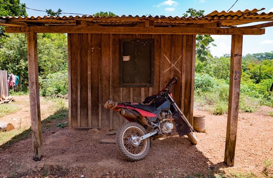 """Os moradores da Vila da Ressaca que negociam com a mineradora têm suas casas marcadas com um """"X"""". Projeto de mineração Belo Sun, para extração de ouro, pretende se instalar a cerca de 10 quilômetros da usina de Belo Monte (Altamira, PA)"""