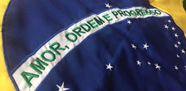 Projeto para a bandeira do Brasil traz a palavra 'amor' antes do lema 'Ordem e Progresso'