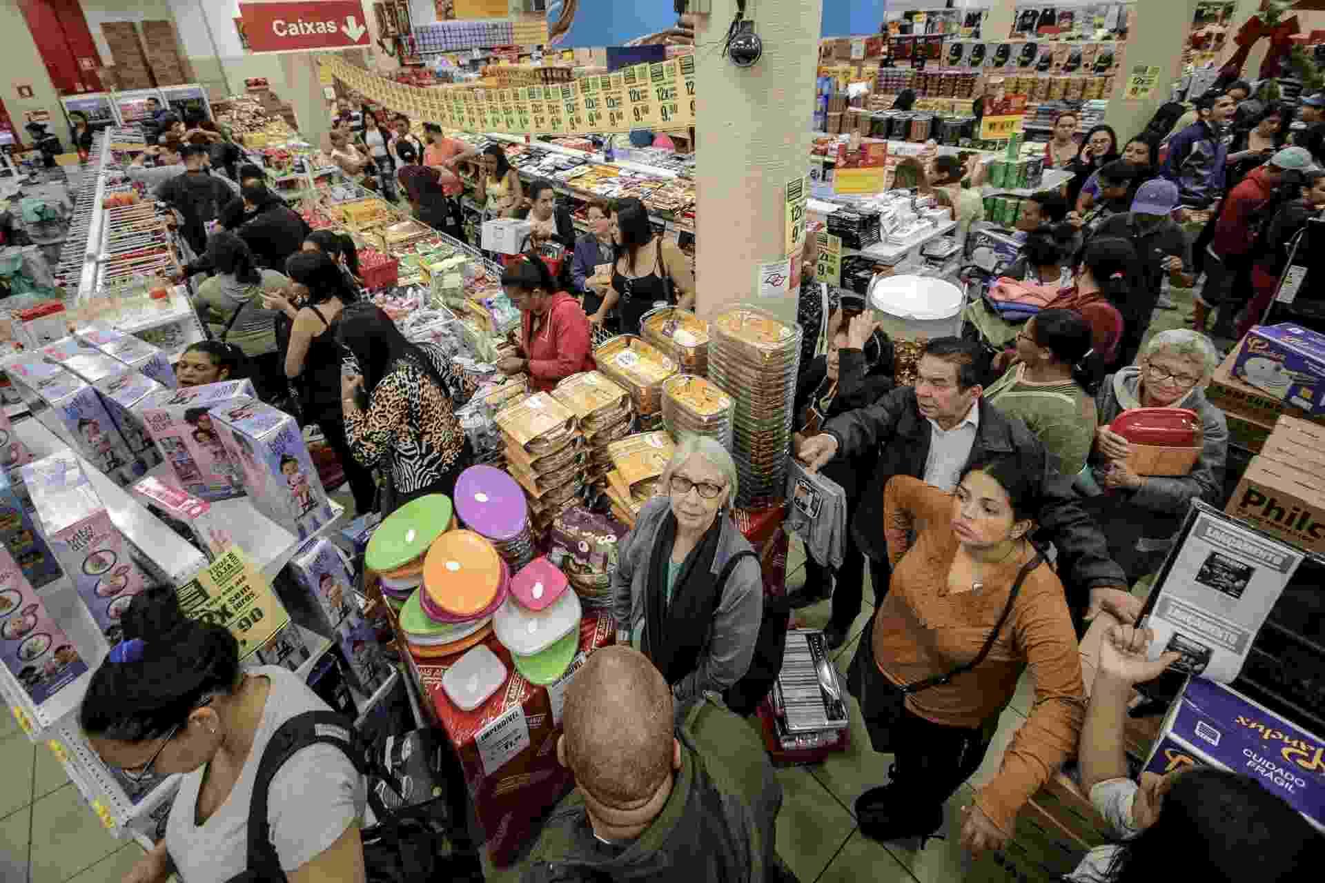 24.nov.2017 - Filas de consumidores tomam os corredores em uma loja de eletrodomésticos durantes as primeiras horas desta sexta-feira (24), no centro de São Paulo (SP) - Dario Oliveira/Agência Estado