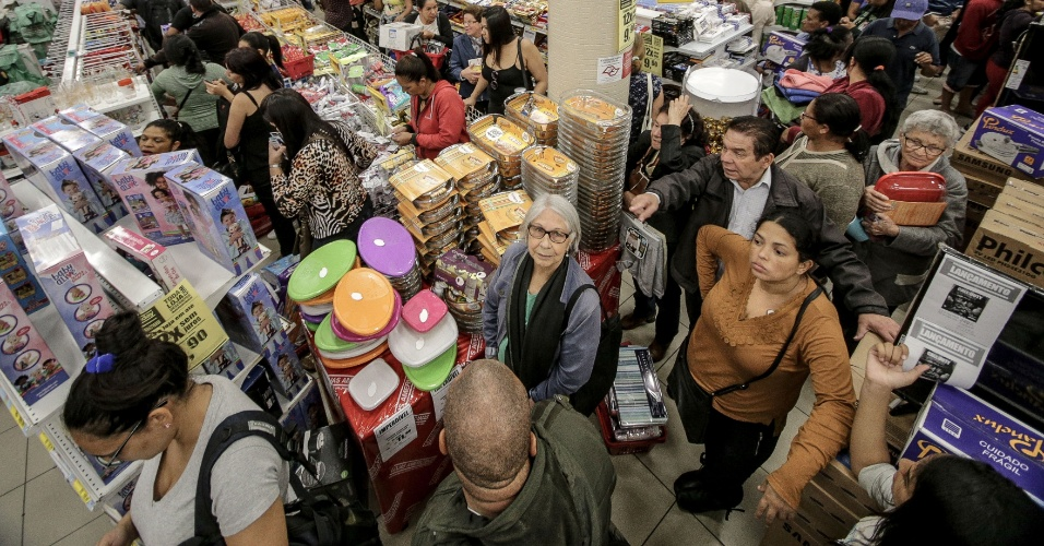 474832cbac6 Descontos da Black Friday atraem consumidores pelo mundo - BOL Fotos ...