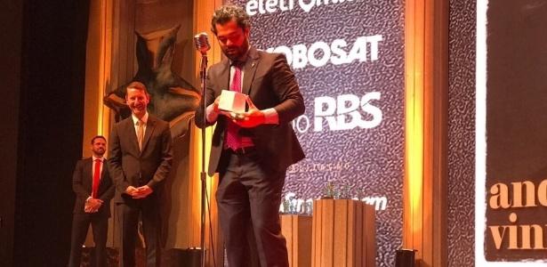 4.dez.2017 - André Vinícius, diretor executivo de publicidade do UOL, conquista o prêmio Caboré 2017 na categoria profissional de veículo