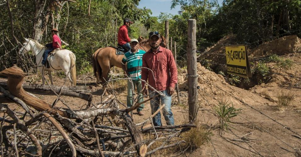 Cercas elétricas e de arame foram instaladas pela empresa em   várias comunidades, às vezes nos quintais das casas