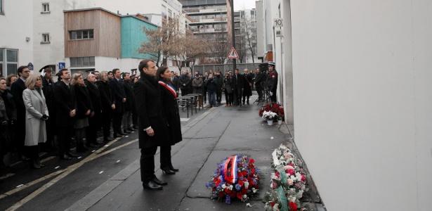 7.jan.2018 - Presidente da França, Emmanuel Macron, e prefeita de Paris, Anne Hidalgo, participam de cerimônia em homenagem às vítimas do atentado de 2015 contra o jornal satírico Charlie Hebdo