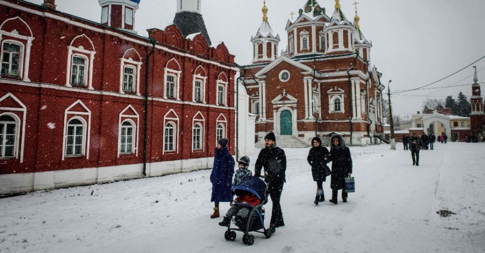 6.jan.2018 - Pessoas andam nas ruas cobertas de neve perto do Kremlin, em Kolomna, cerca de 100 km ao sul de Moscou
