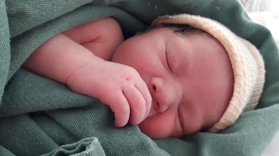 A garota Mellany nasceu em frente a um ponto de ônibus, dentro do carro da família - Reprodução/Facebook