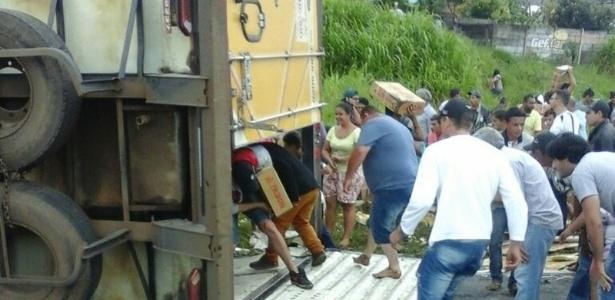 Caminhão com 27 toneladas de carne tombou em rodovia do Paraná e foi saqueado