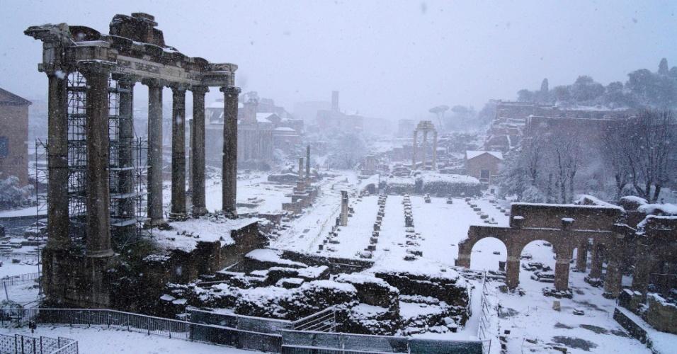 26.fev.2018 - Neve cobre o Foro Romano, em Roma, na Itália