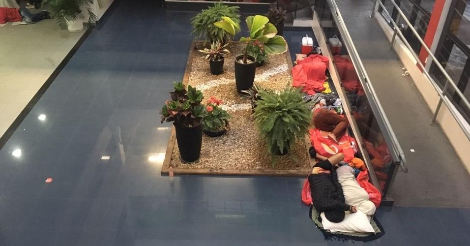 7.abr.2018 - Alguns militantes passaram a noite dormindo dentro do Sindicato dos Metalúrgicos do ABC