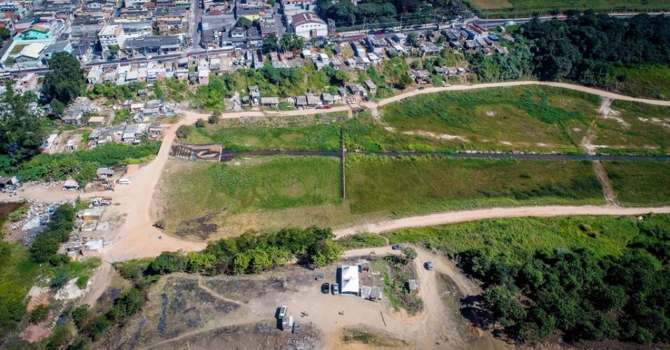 10.mai.2018 - Ocupação ao lado da avenida Bento Guelfi deu origem à ocupação de morro ao lado de piscinão, no Iguatemi, no extremo leste