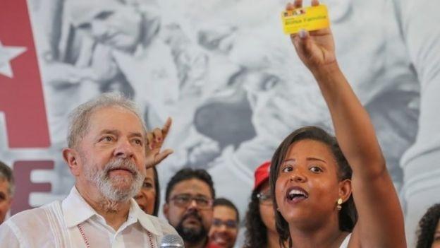 De acordo com Singer, eleitores muito pobres que melhoraram de vida graças a programas sociais compõem hoje o eleitorado de Lula