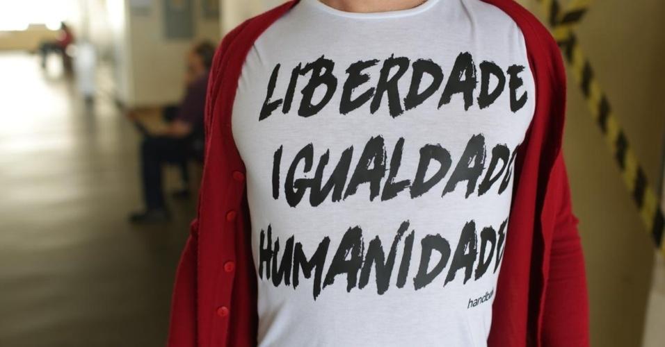 28.out.2018 - Eleitores de Fernando Haddad (PT) levam livros para a votação na PUC, em São Paulo