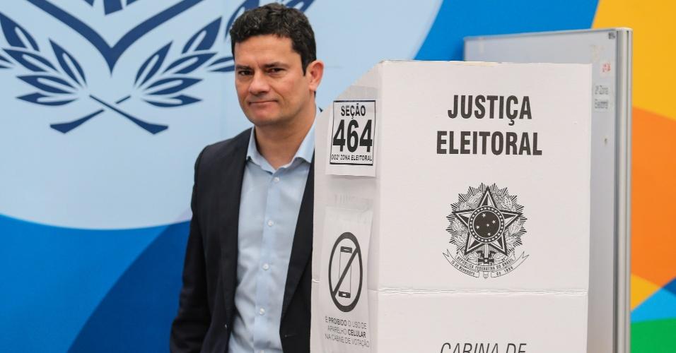 28.out.2018 - O juiz federal Sergio Moro, responsável pelos processos da Operação Lava Jato vota no segundo turno das Eleições 2018, no Clube Duque de Caxias em Curitiba (PR) neste domingo (28)