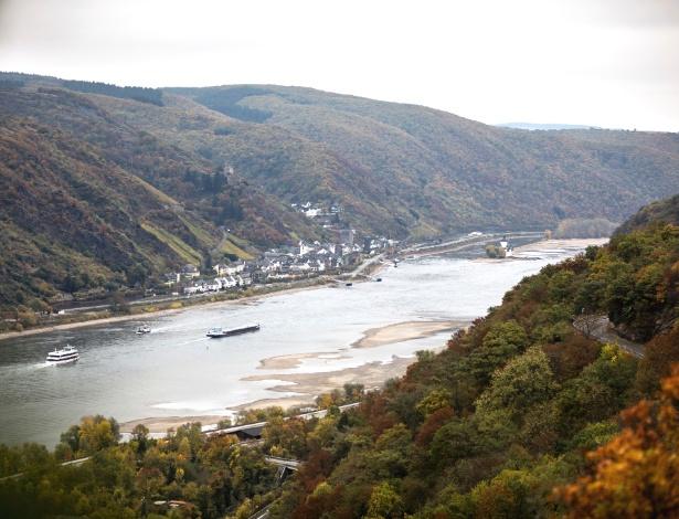 Rio Reno visto do castelo de Schonburg em Oberwesel, na Alemanha