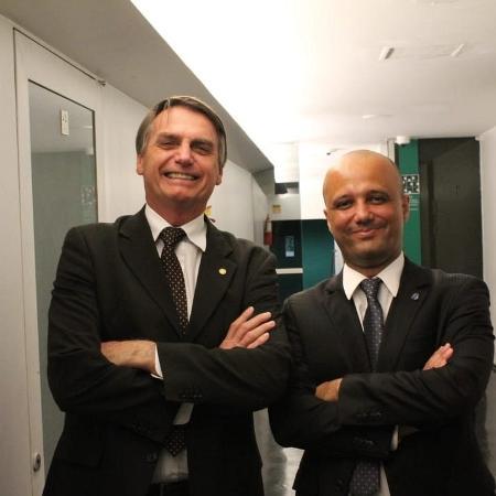 O presidente Jair Bolsonaro ao lado do deputado federal Major Vitor Hugo (PSL-GO), líder do governo na Câmara - Reprodução/Facebook Major Vitor Hugo