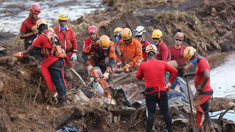 28.jan.2019 - Bombeiros trabalham para retirar vítimas de ônibus soterrado pela lama em Brumadinho (MG) - Wilton Junior/Estadão Conteúdo