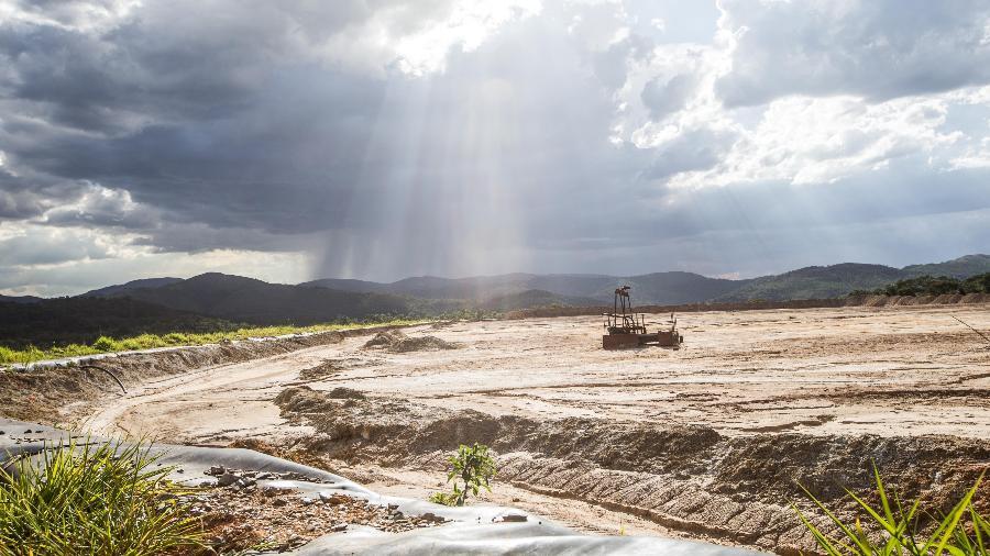 A barragem Mina Engenho, na cidade de Rio Acima (MG), foi dominada pelo mato e está abandonada. Inativa há sete anos, a mina de ouro não emprega ninguém nem produz um real em royalties para o município - Tiago Queiroz/Estadão Conteúdo