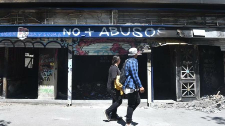 Várias empresas tiveram suas estruturas destruídas durante protestos no Chile - Getty Images