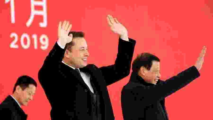 Elon Musk e o prefeito de Xangai, Ying Yong, durante cerimônia para a nova fábrica da Tesla - Reuters