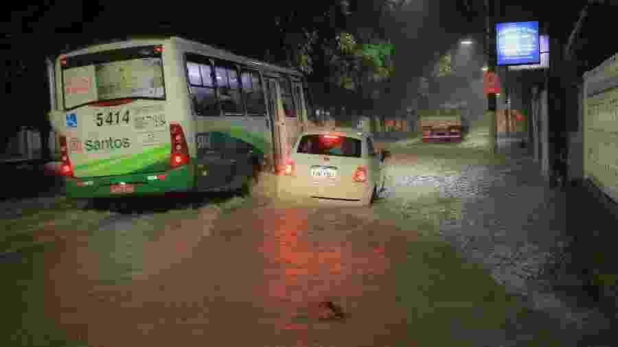 Motoristas enfrentam chuva na Avenida Senador Pinheiro Machado com rua Nove de Julho no bairro da Marapé, em Santos - Fabrício Costa/Estadão Conteúdo