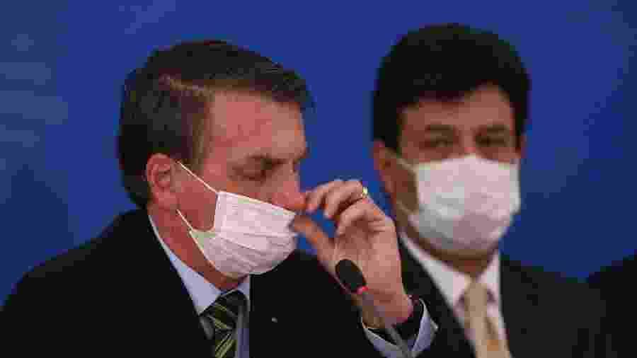 O presidente Jair Bolsonaro e o ministro da Saúde, Luiz Henrique Mandetta, usam máscaras em coletiva sobre o coronavírus no Brasil - Pedro Ladeira/Folhapress
