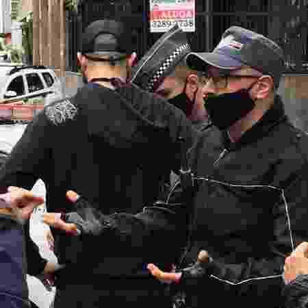 Policial militar (à direita da imagem, de óculos) empurrou repórter do UOL que filmava discussão pelas costas em manifestação da avenida Paulista, em São Paulo - Luís Adorno/Do UOL - Luís Adorno/Do UOL