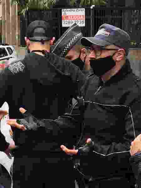 Policial militar (à direita da imagem, de óculos) empurrou repórter do UOL que filmava discussão pelas costas em manifestação da avenida Paulista, em São Paulo - Luís Adorno/Do UOL