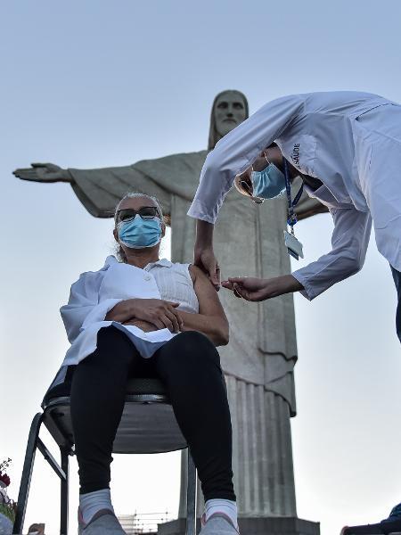 Mulher recebe a primeira dose da vacina CoronaVac no Rio - THIAGO RIBEIRO/ AGIF/ ESTADÃO CONTEÚDO