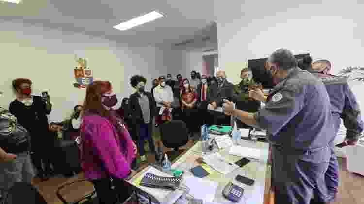 31.ago.2021 - Coronel Alexandre Cesar Prates reúne líderes de ato pró e contra Jair Bolsonaro no intervalo entre reuniões no batalhão da PM - Leonardo Martins/UOL - Leonardo Martins/UOL