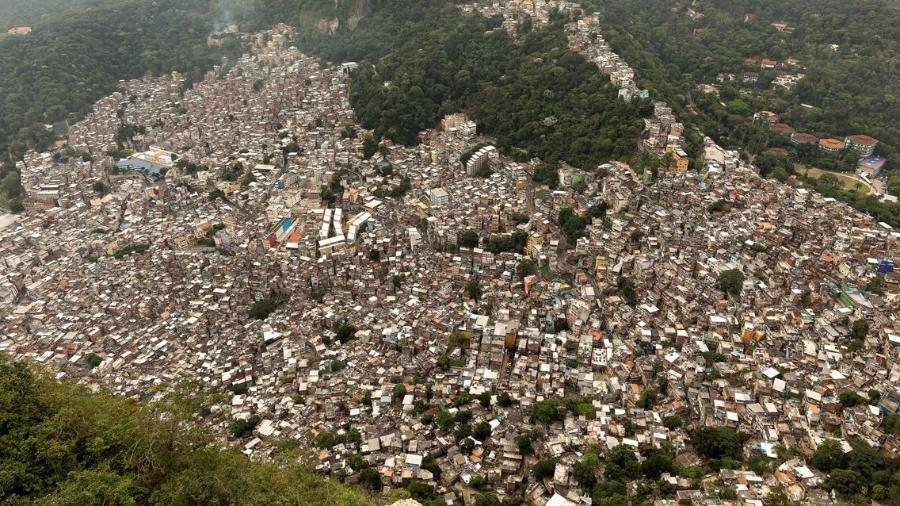 Rocinha, a maior favela brasileira, conta com 25 mil domicílios que abrigam entre 69 mil e 220 mil pessoas - Diego Baravelli