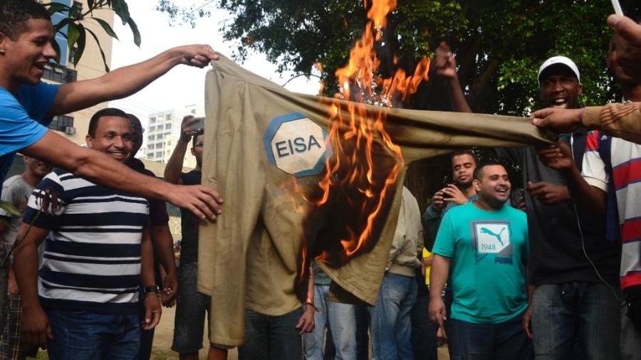 3.jul.2015 - Funcionários que atuavam no estaleiro Eisa Petro Um, em Niterói (RJ), protestam em frente à sede do Sindicato dos Metalúrgicos - Rommel Pinto/Agência O Dia/Estadão Conteúdo