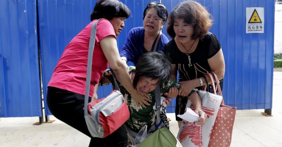 6.ago.2015 - Bao Lanfang, cujo filho, nora e neta estavam a bordo do voo da Malaysia Airlines MH370, se desespera diante do escritório da companhia em Pequim. Cerca de uma dúzia de familiares de vítimas do voo MH370 se reuniram para exigir que a empresa os leve às Ilhas Reunião, onde destroços do Boeing 777 foram encontrados após meses de busca. Nesta quarta-feira as autoridades confirmaram que as peças encontradas eram do avião da Malaysia Airlines
