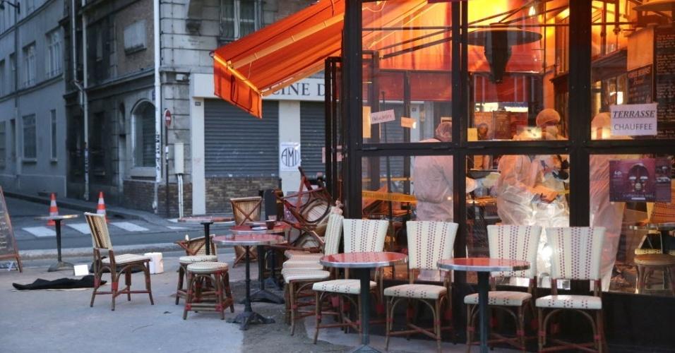 14.nov.2015 - Peritos franceses trabalham no café Comptoire Voltaire, um dos seis locais públicos atacados por terroristas na noite de sexta-feira (13), em Paris.