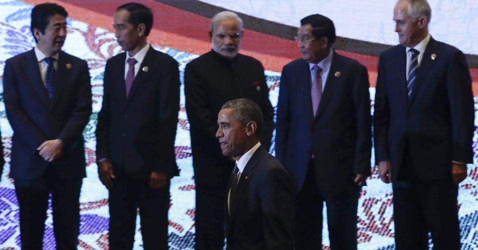 22.nov.2015 - Barack Obama passa por líderes de países asiáticos durante cúpula da Asean em Kuala Lumpur (Malásia). A Associação de Nações do Sudeste Asiático assinou hoje um acordo para a criação de um bloco econômico comum entre os dez países membros. O mercado comum nasce com um PIB de mais de U$ 2,5 trilhões
