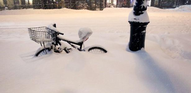 Bibicleta é coberta pela neve próximo ao parque Bryant, em Nova York