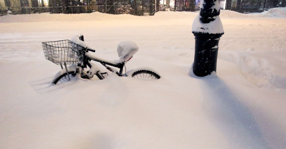 23.jan.2015 - Bibicleta é coberta pela neve próximo ao parque Bryant, em Nova York