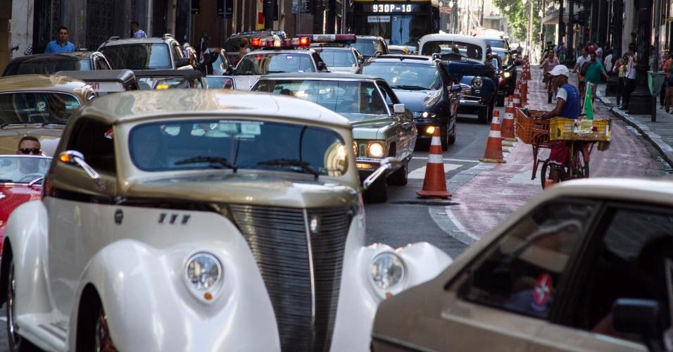 25.jan.2016 - Entre as diversas comemorações pelo aniversário de 462 anos da cidade de São Paulo, uma das que mais chamaram atenção foi um desfile de carros antigos pelas ruas do Centro da cidade