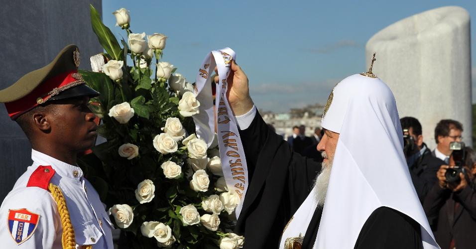 12.fev.2016 - O patriarca da Igreja Ortodoxa Russa, Kirill, deposita flores no túmulo no herói cubano José Martí. Mais tarde, ele se encontra com o papa Francisco, na primeira reunião entre os máximos líderes das igrejas católica e ortodoxa em quase mil anos de cisão
