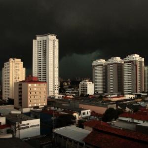 """A tarde virou """"noite"""" na cidade de São Paulo. Nuvens carregadas escureceram o céu sobre o bairro do Ipiranga"""