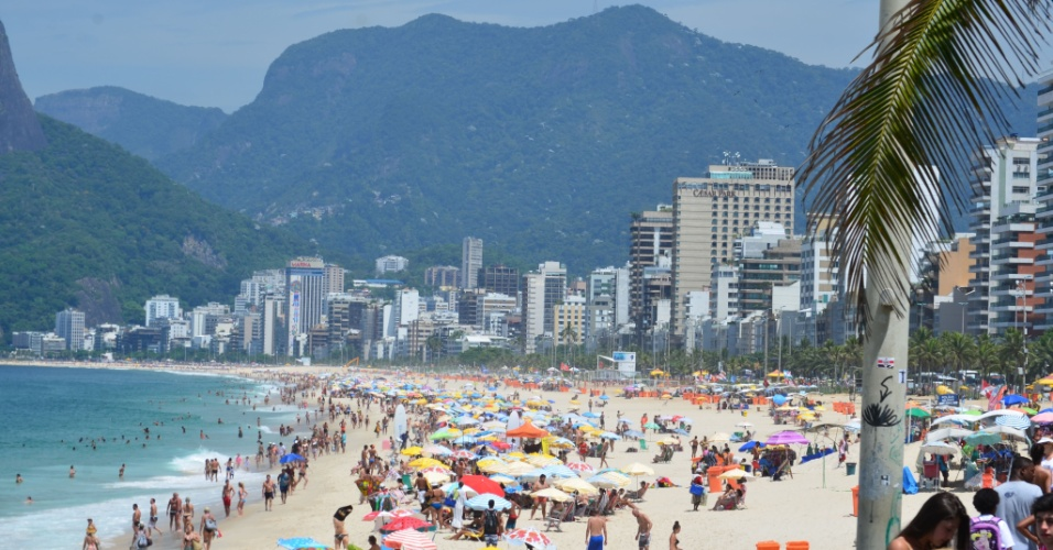 19.fev.2016 - O forte sol fez com que banhista enchessem a praia do Arpoador, na zona sul do Rio de Janeiro. Os termômetros chegaram a marcar 37ºC