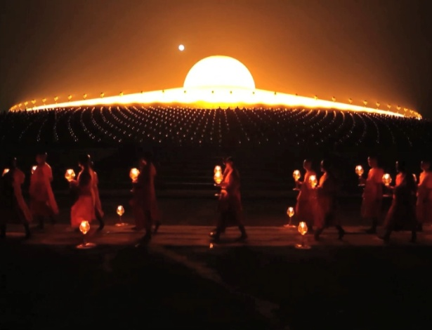 Templo Wat Phra Dhammakaya, em Bancoc, em forma de uma nave espacial