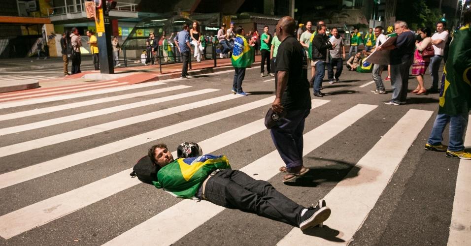 17.mar.2016 - Após grande protesto em repercussão à nomeação de Lula ao ministério da Casa Civil, cerca de cem manifestantes permaneceram em vigília na avenida, em frente ao prédio da Fiesp. Os manifestantes armaram uma barraca no meio da via e tinham cartazes pedindo a saída da presidente Dilma e fim da corrupção