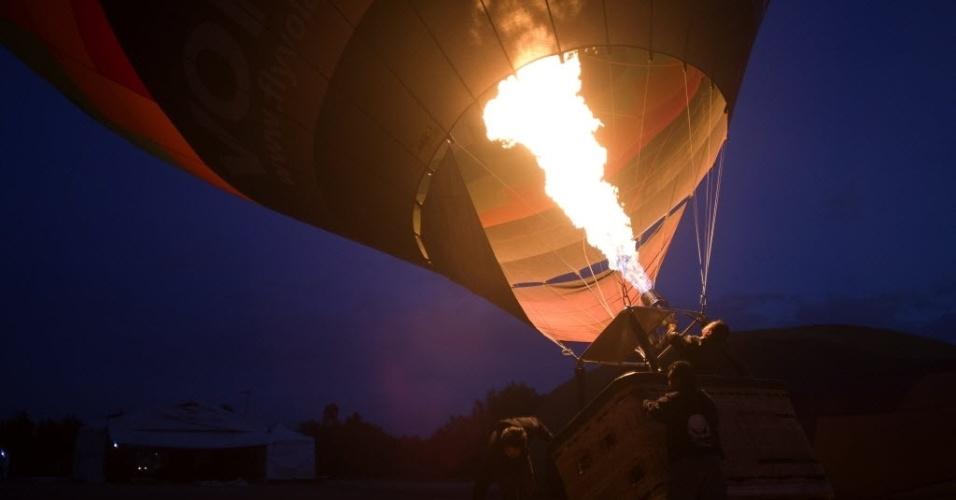 20.mar.2016 - Um balão é preparado durante o Encontro Nacional de Balões de Ar Quente em San Martín de las Pirámides, no México, que começou no sábado e vai até segunda-feira