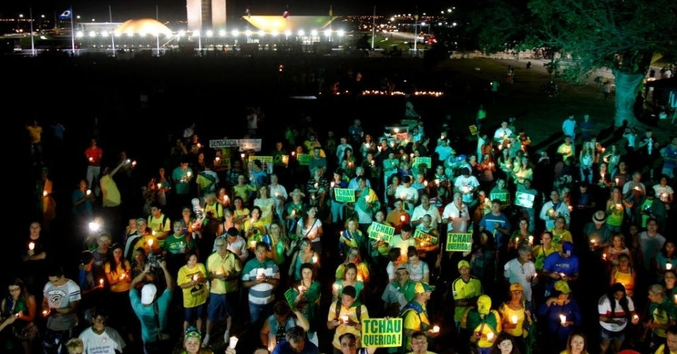 16.abr.2016 - Manifestantes favoráveis ao impeachment da presidente Dilma Rousseff fazem vigília em frente ao Congresso Nacional