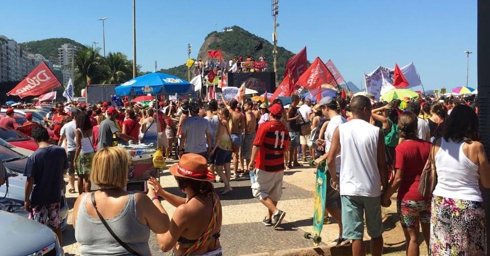 17.abr.2016 - Embalado pelo funk da Furacão 2000, protesto contra o impeachment de Dilma Rousseff dispersa na praia do Leme, no Rio