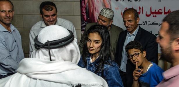 Dima al-Wawi, 12, é festejada após deixar a prisão na Cisjordânia; ela ficou detida por cerca de dois meses por planejar o esfaqueamento de um soldado israelense