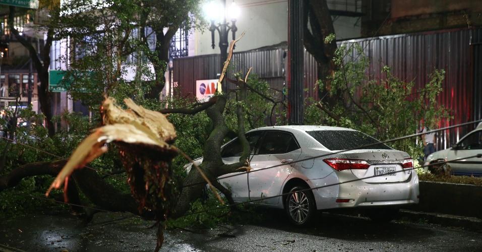 16.mai.2016 - Árvore cai em cima de carro na rua Dona Maria Paula, próximo ao acesso à avenida 23 de maio, na região central de São Paulo. Segundo o Corpo de Bombeiros, até o início da noite desta segunda-feira 98 árvores caíram após temporal que atingiu a capital paulista